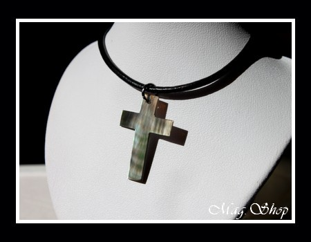Collier Croix Nacre de Tahiti Reflets FoncésVerts Taille H3cm MAG.SHOP