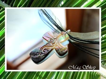 Iles Collection  Collier Miti Croix Gravée Nacre de Tahiti H4cm X L3cm MAG.SHOP
