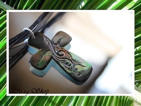 Iles Collection  Collier Miti Croix Gravée Nacre de Tahiti H4cm X L3cm Reflets Verts Foncés irisés MAG.SHOP
