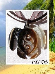 Marquises Collection / Collier Tortue Mehetia Vagues Nacre de Tahiti 3.5cm - Reflets Clairs/Marrons Colorés / Cordons Couleur Chocolat Noir (photos contractuelles)