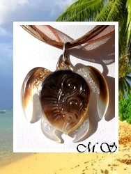 Marquises Collection / Collier Tortue Mehetia Vagues Nacre de Tahiti 3.5cm - Reflets Clairs/Marrons / Cordons Couleur Chocolat au Lait (photos contractuelles)