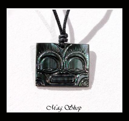 Moana Collection  Collier Vaea Tiki Marquisien Nacre de Tahiti H2.5cm X L3cm Reflets Verts Foncés  MAG.SHOP