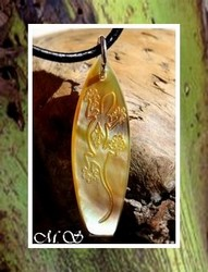Moana Collection / Collier Planche de Surf  Nukualofa Margouillat Nacre de Tahiti H: 3.5cm Reflets Dores / Cuir Noir (Photos contractuelles)