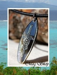 Moana Collection / Collier Planche de Surf Tortue Maroe Marquisienne Nacre de Tahiti H:4m Reflets Anthracites / Cuir Noir (photos non contractuelles)