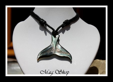 Queue de Baleine Marquisienne Collier Nacre de Tahiti 3cm Reflets Foncés Colorés MAG.SHOP