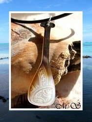 Moana Collection / Collier Rame Vaa' Teora Marquisienne Nacre de Tahiti H6cm Reflets Clairs-Marrons / Cuir Noir (photos contractuelles)