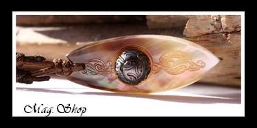 Tumaiteata Collier Planche de Surf Nacre & Demi-Perle Gravée de Tahiti MAG.SHOP