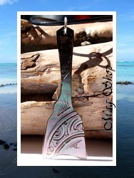 Moana Collection / Collier Ukulele Marquisien Nacre de Tahiti H6cm Reflets Ocres Colorés / Cuir Noir (photos contractuelles)