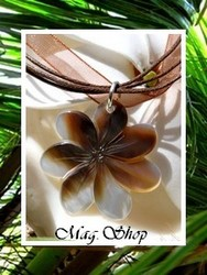 Marquises Collection / Collier Vaianae Fleur de Tiaré Nacre de TAHITI 3cm Reflets Clairs/Marrons Foncés / Cordons Couleur Chocolat (photos non contractuelles)