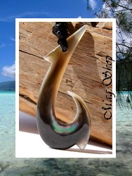 Moana Collection / Collier Hameçon Vaimahuta H:4.5cm / Nacre de Tahiti Reflets Clairs/Ocres Colorés / Coton Couleur Noir ( photos non contractuelles)